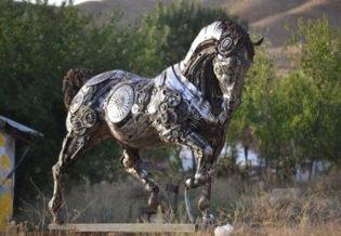 Genc Turk Tasarimci Hurda Parcalari Sanat Eserine Cevirdi (13)